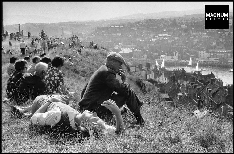 Fotó: Ian Berry: Helyi lakosok és turisták pihennek vasárnap délután Whitbyben, 1974 © Ian Berry/Magnum Photos