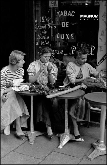 Fotó: Amerikai lányok vasárnap reggel egy kávézóban, Párizs, 1954 © Inge Morath/Magnum Photos