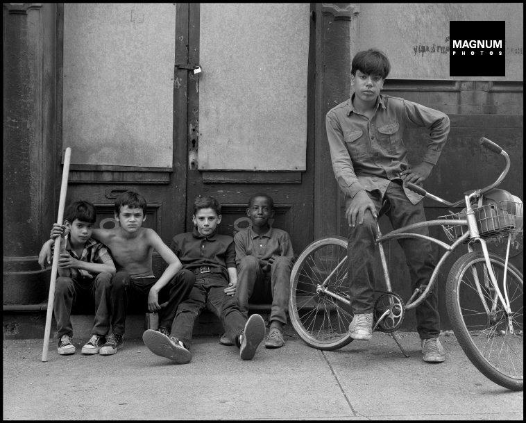 Fotó: Danny Lyon: Beekman Street vasárnap reggel, New York City, Ginco, Tonto, Frankie, John Jr., és Nelson, 1967 © Danny Lyon/Magnum Photos<br />