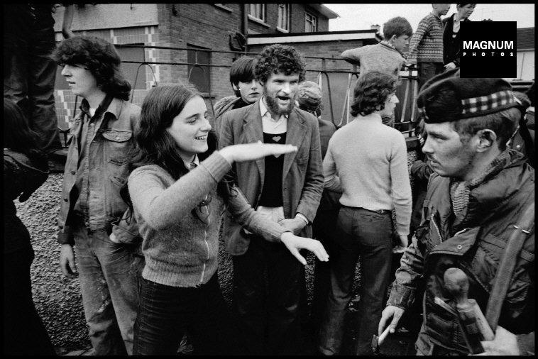 Fotó: Philip Jones Griffiths: Katolikus lány incselkedik egy brit katonával, Derry/Londonderry, 1972 © Philip Jones Griffiths/Magnum Photos