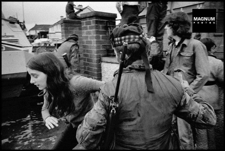Fotó: Philip Jones Griffiths: A katona kezében kalapáccsal, fenyegetően reagál, Derry/Londonderry, 1972 © Philip Jones Griffiths/Magnum Photos