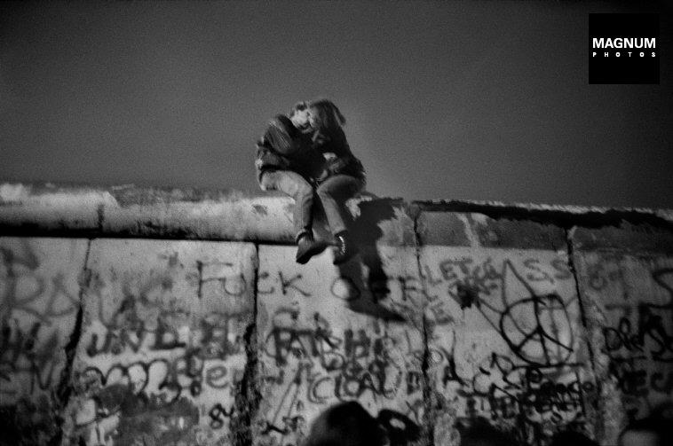 Fotó: Guy Le Querrec: Berlin, 1989. december 31. vasárnap éjjel © Guy Le Querrec/Magnum Photos
