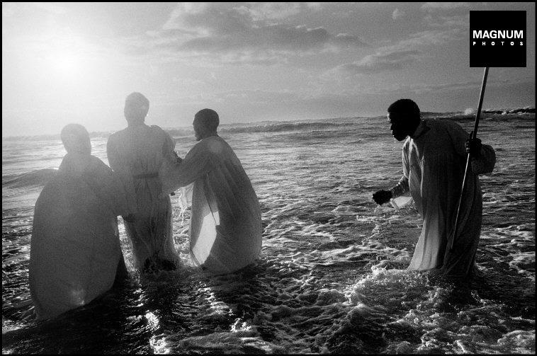 Fotó: A. Abbas: Vallási rituálé vasárnap, Fokváros, 1999 © A. Abbas/Magnum Photos