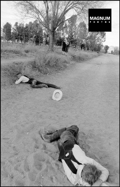 Fotó: Larry Towell: Részeg gyerekek vasárnap reggel, La Honda, Zacatecas, Mexico, 1994 © Henri Cartier-Bresson/Magnum Photos