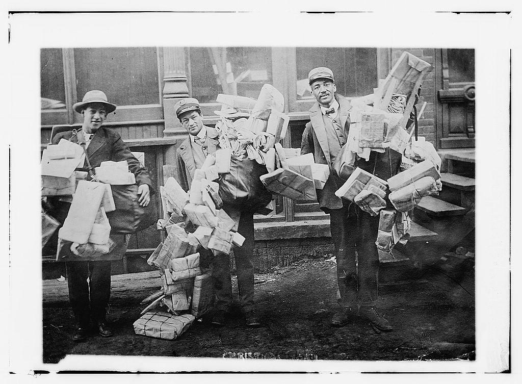 Fotó: Postások karácsonyi csomagokkal, 1910-1915 © George Grantham Bain Collection (Library of Congress)
