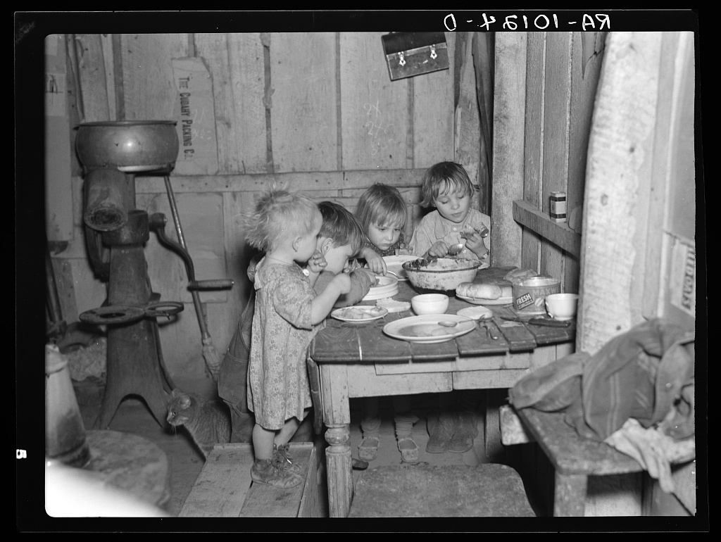 Fotó: Russel Lee: Karácsonyi vacsora Earl Pauley otthonában. Smithfield közelében, Iowa. A vacsora burgonya, káposzta és pite volt, 1936. december © Farm Security Administration - Office of War Information Photograph Collection (Library of Congress)