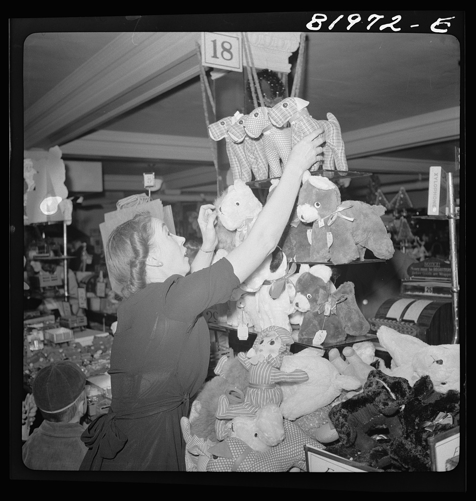 Fotó: Collier, John, Jr.: Karácsonyi vásár a Woolworth's five and ten cent boltjában, 1941. december © Farm Security Administration - Office of War Information Photograph Collection (Library of Congress)