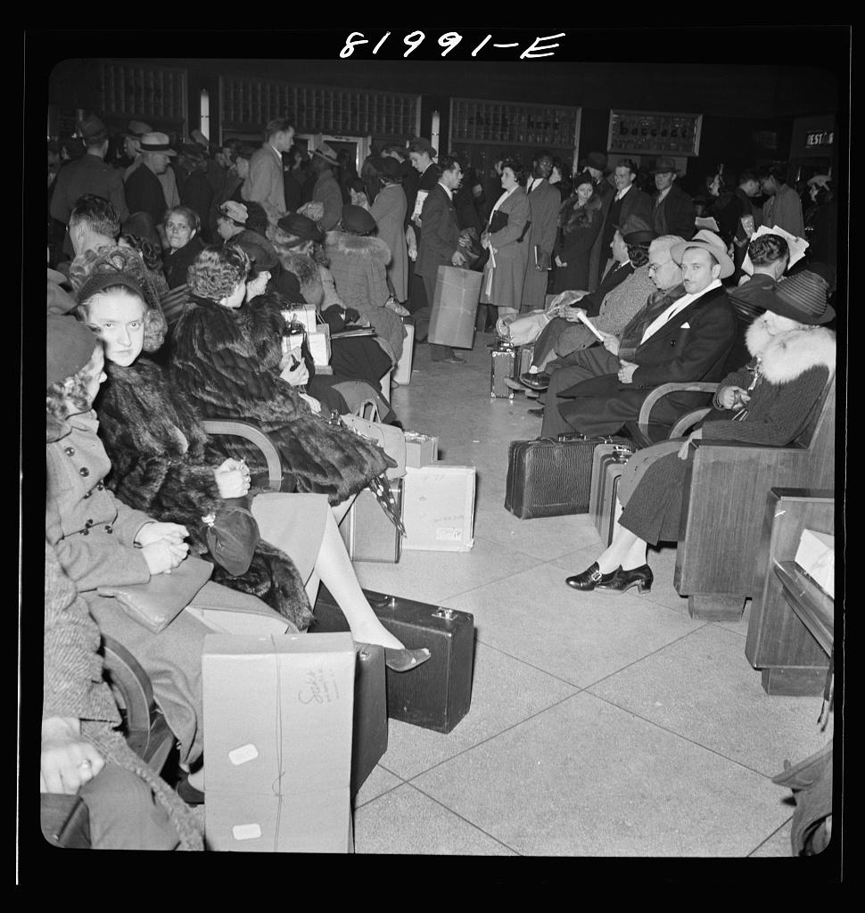 Fotó: Collier, John, Jr: Karácsonyi csúcs a Greyhound buszállomáson, Washington D.C., 1941. december © Farm Security Administration - Office of War Information Photograph Collection (Library of Congress)