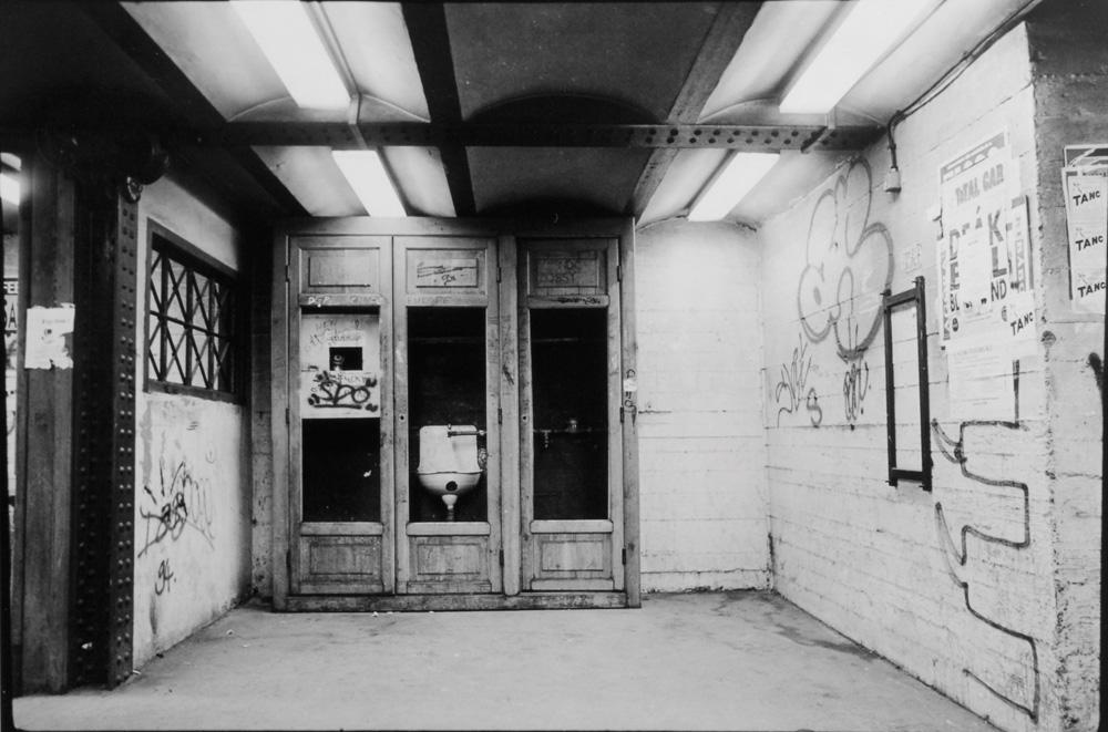 Fotó: Vékás Magdolna: A föld alatt – mosdó, zselatinos ezüst, 1981, 30×40 cm © Vékás Magdolna
