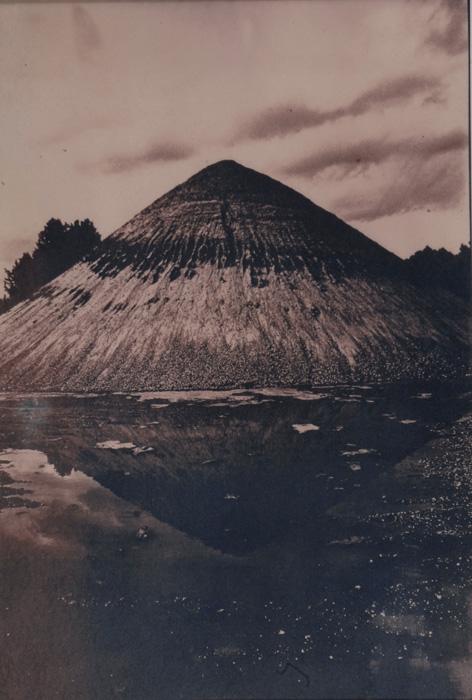 Fotó: Vékás Magdolna: Sóderdomb, színezett cianotípia, 2000, 33×46 cm © Vékás Magdolna