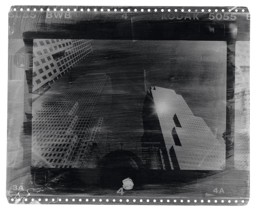 Fotó: Vékás Magdolna: New York – fény, fotóemulzió ofszetlemezen, 2002, 37×45 cm<br />© Vékás Magdolna