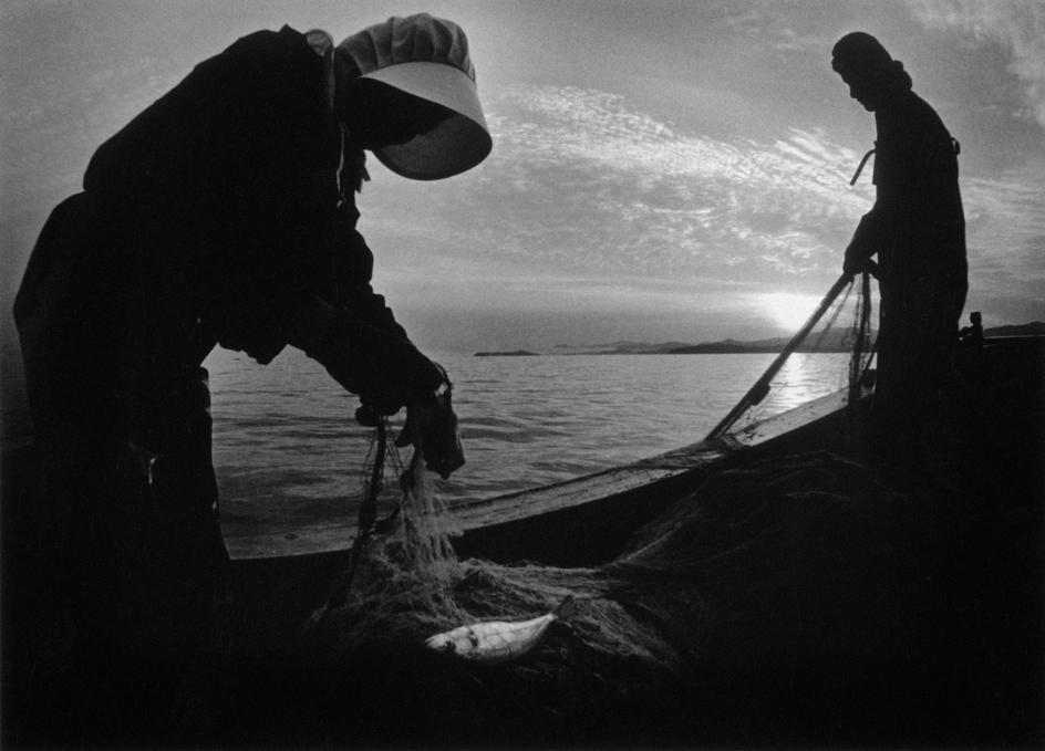 Fotó: W. Eugene Smith: Minamata-öböl. Halászok, 1971 © W. Eugene Smith/Magnum Photos