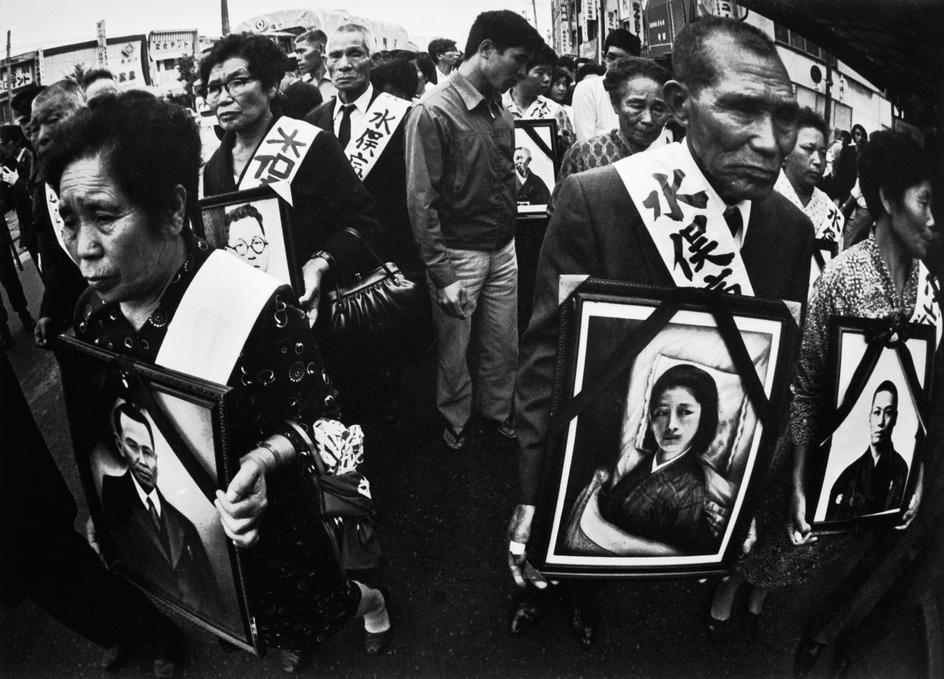 Fotó: W. Eugene Smith: Minamata-öböl. Betegek és hozzátartozók egy Chisso ellenes tüntetésen, 1971 © W. Eugene Smith/Magnum Photos
