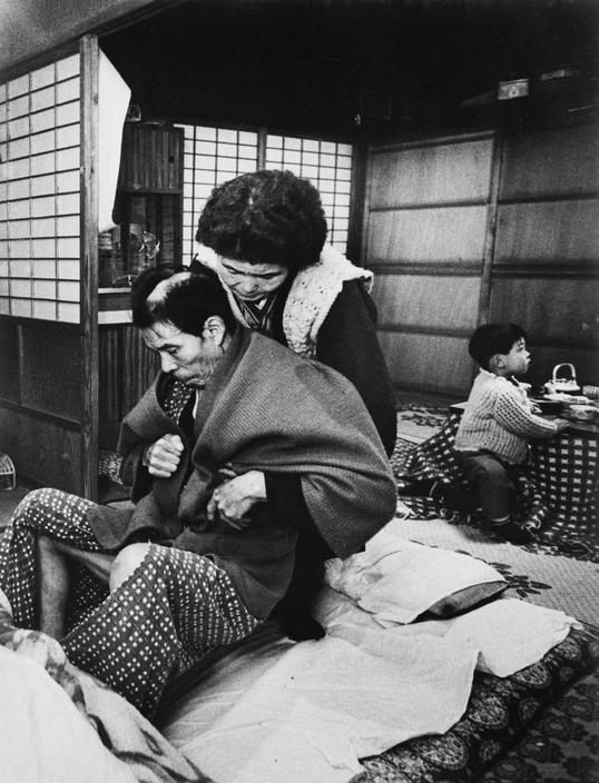 Fotó: W. Eugene Smith: Minamata. Yahei Ikeba a feleségével. Mindketten szenvednek a<br />Minamata betegségtől. Yahei ágyhoz kötött és nem tudja ellátni magát. 1971 © W. Eugene Smith/Magnum Photos