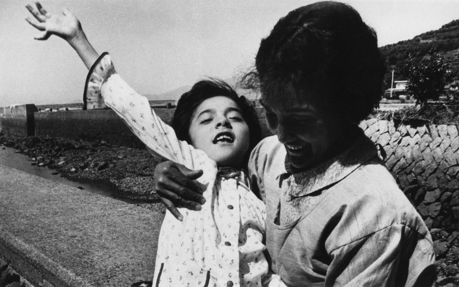 Fotó: W. Eugene Smith: A 12 éves Takak Isayama édesanyjával, 1971 © W. Eugene Smith/Magnum Photos