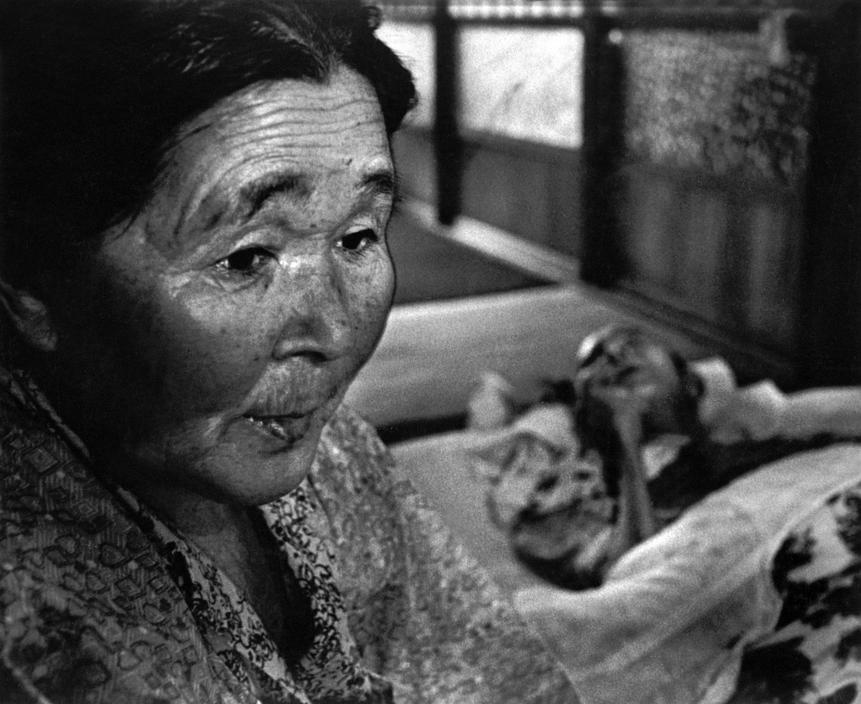 Fotó: W. Eugene Smith: Minamata-öböl. Mrs. Hayashida a haldokló férjével. (Mindketten betegek) 1971 © W. Eugene Smith/Magnum Photos