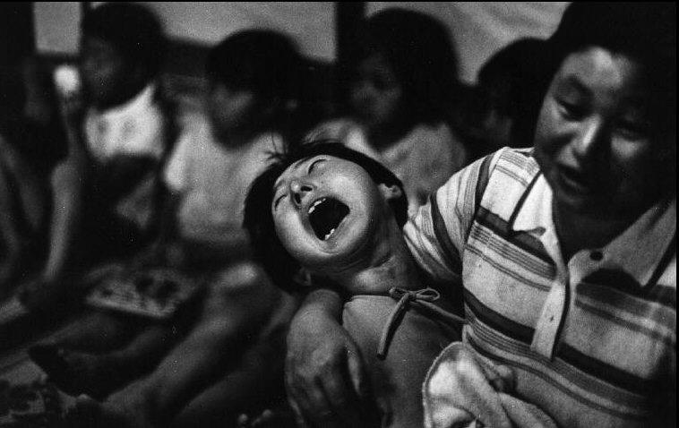 Fotó: W. Eugene Smith: Minamata-öböl. A mérgezés egyik áldozata, 1971 © W. Eugene Smith/Magnum Photos