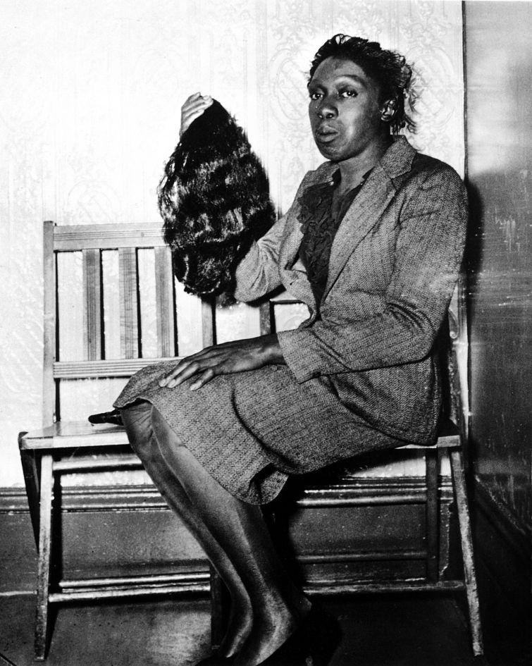 Fotó: Weegee: Nőnek öltözött tolvaj a rendőrőrsön, évszám nélkül © Courtesy Institute for Cultural Exchange, Germany 2018
