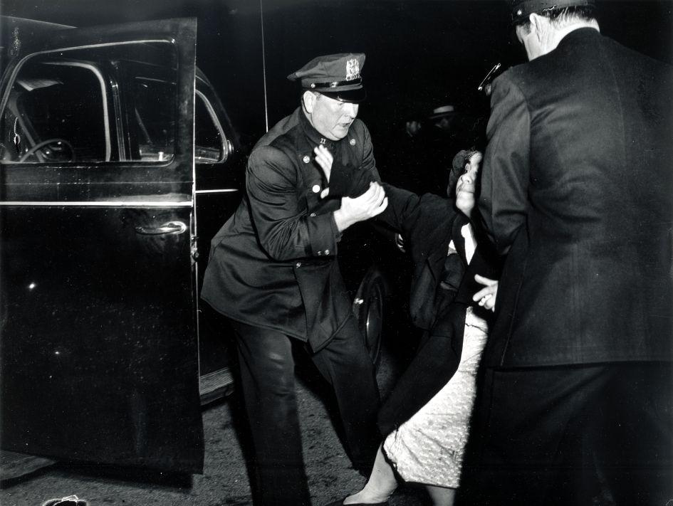 """Fotó: Weegee: """"Megérkezett a halott férfi felesége... majd összeesett."""", évszám nélkül © Courtesy Institute for Cultural Exchange, Germany 2018"""