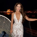 Mélyen dekoltált ruhában mosolyog Radics Gigi...