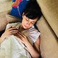 Együtt pihent babájával a