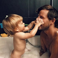 Kisfiával fürdik a népszerű műsorvezető...