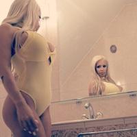 Sárga fürdőruhában pózol az ismert playmate...