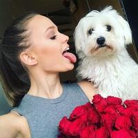 Kutyusát nyalogatja a szépségkirálynő...
