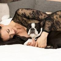 Kutyával pózol az ismert sorozatszínésznő...