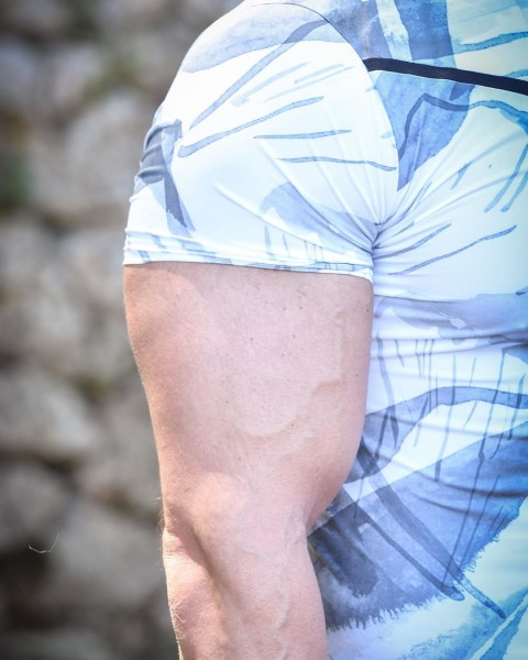 a_fuss_csalad_fuss_egyik_edzojenek_bicepsze.jpg