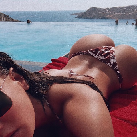 vajna_timea_megmutatta_a_popsijat_a_tengerparton.jpg