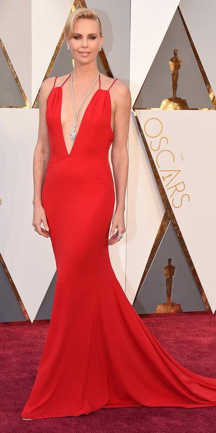 Charlize Theron - Ruha: Dior l Ékszer: Harry Winston.