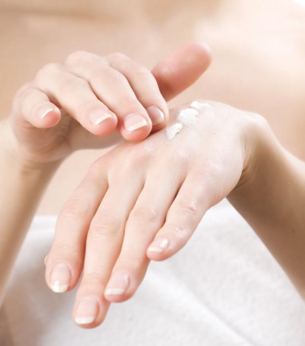 female-applying-moisturizer-to-her-hands-after-bath-620x702.jpg