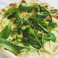 Rukkola+ kecskesajt+lepény....no meg BBQ csirkeszárny savanyított zöldekkel