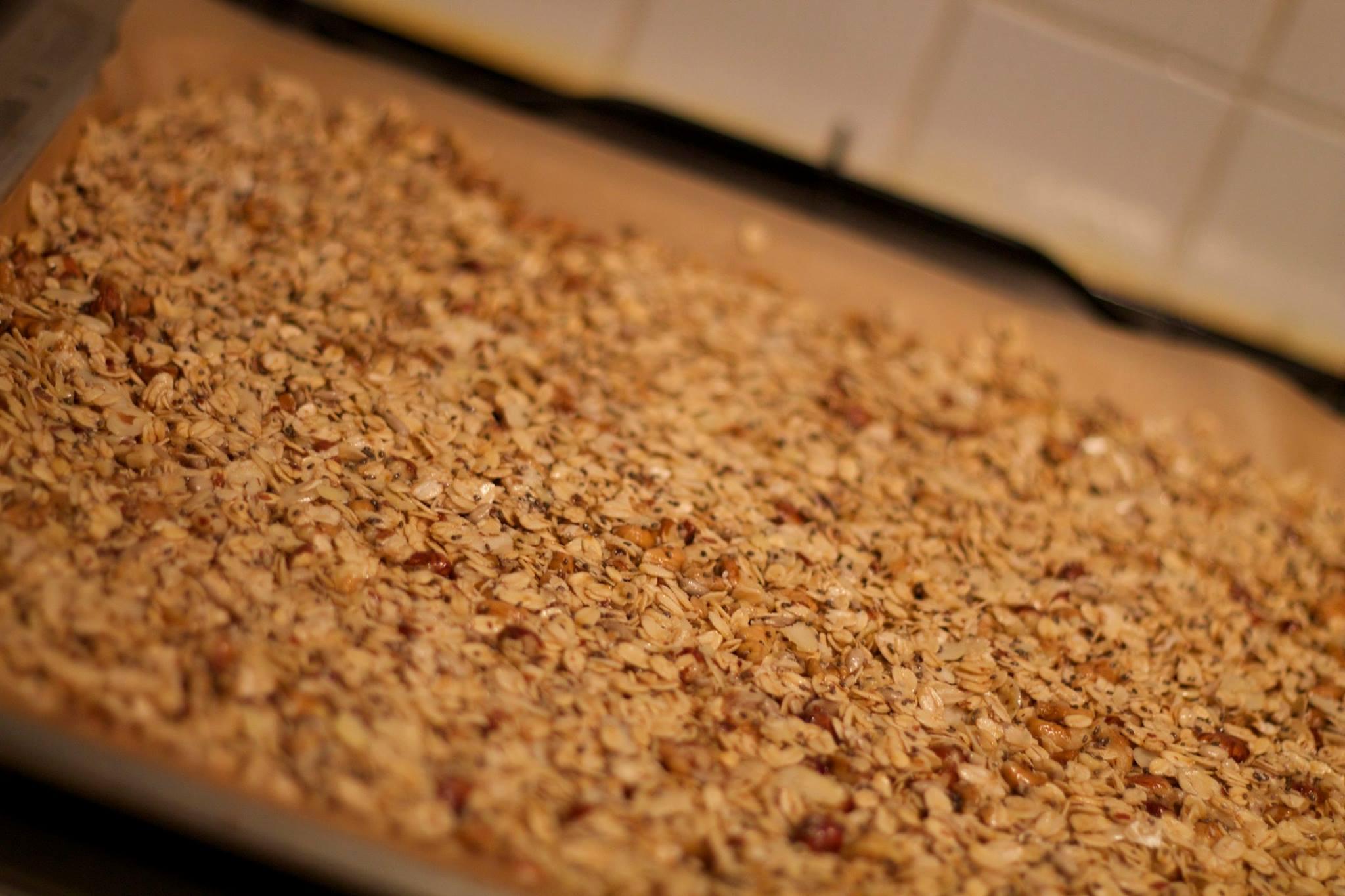 Házi készítésű, ropogós granola mogyoróval, dióval, chia maggal, agave sziruppal és kókuszpehellyel!