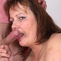 Nagymellű ötvenes asszonyság szexel a játszópajtásával