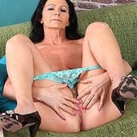 Pajkos öregasszony kedvesen maszturbál a kanapén