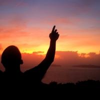 Isten utál mindannyiunkat, avagy bolondos kis boldogság keresés