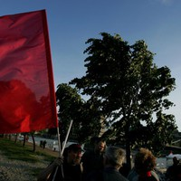 Vörös zászló leng, lengeti a szél