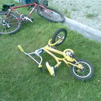 Egy elárvult, sárga bicikli Balatonszemesen