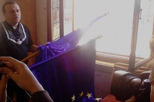 Anti-EU heccelde: mire jó a lobogódefenesztráció?