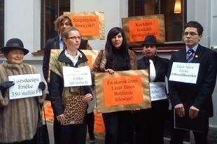 Lázár mellett tüntettek a fiatal LMP-sek