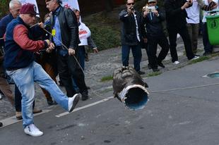 Akik Orbán helyett Bajnai szobrát döntik