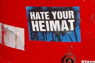 Gyűlöld a hazádat! – beszédes balos falragaszok Németországban