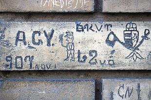 Leradírozott múlt − eltűnőben az évszázados budapesti falfirkák