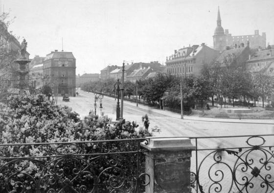 Szlovákia, Pozsony, Kossuth tér. Jobboldalt a távolban a Szent Márton templom és a Vár (1912)