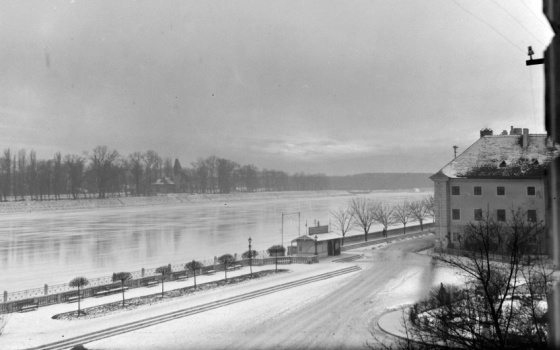 Szlovákia, Pozsony, Duna part. A túlparton a Pozsonyi Hajós Egylet klubháza (1906, Zichy)
