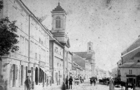 Szlovákia, Pozsony, Kórház utca a Kórház templommal és az Erzsébet apácák templomával (1909, Mészöly Leonóra)