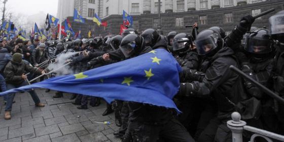 Ukrajna_Kijev_rohamrendorok_tuntetok_EU-zaszlo.png