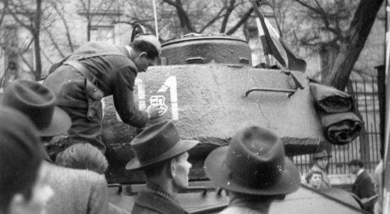 1956_pollack_mihaly_ter_tank_cimerrel_jozsefvaros.png
